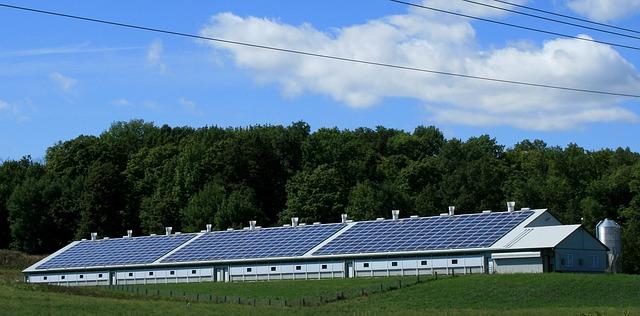 התקנת מערכות סולאריות על גגות בתים